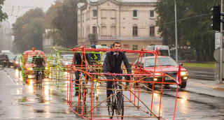 cyclists-wear-car-frame-latvia-riga-designboom-14